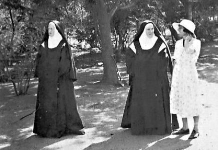 Carmelite sistes and Mrs. Turnbull in Hillside, Buawayo, circa 1935